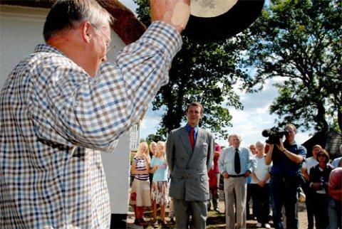 Formanden for Nydamselskabet, Vincent Jessen, udbringer et leve for det nyrenoverede Nydamhus.