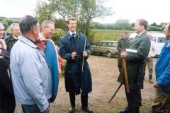 H.K.H Prins Joachim modtages af formanden for Nydamselskabet, Vincent Jessen. Prinsens adjudant er parat til en parering?