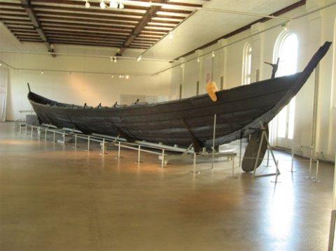 Nydambåden i Nydamhalle på Archäologisches Landesmuseum på Gottorp Slot i Slesvig