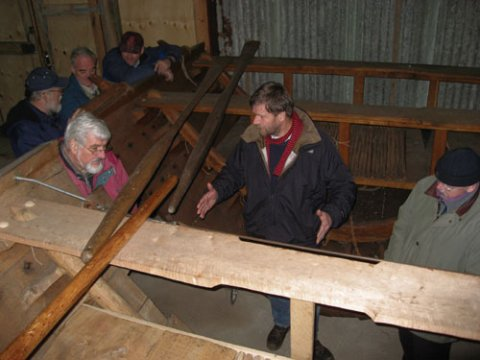 Sektion af midterstykke. Morten Gøthche fra Vikingeskibsmuseet på besøg, marts 2008