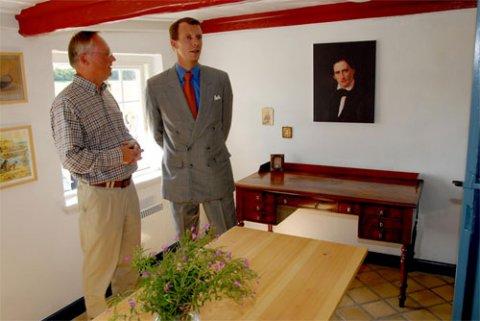 H.K.H. Prins Joachim og formanden for Nydamselskabet, Vincent Jessen, foran C. Engelhardts skrivebord og portræt på væggen